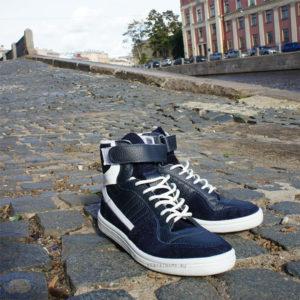 Сине белые кроссовки