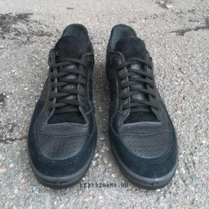 Черные кроссовки с черной подошвой